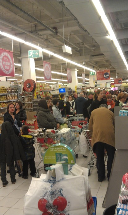 I took this pic for my mom- she couldn't believe that the Carrefour (grocery store) gets that busy!!