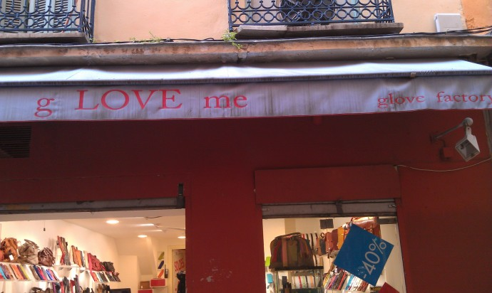 A pun in English!  G-love me, baby.